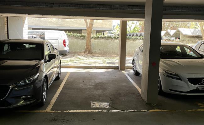 Car spot in Elizabeth Bay loop