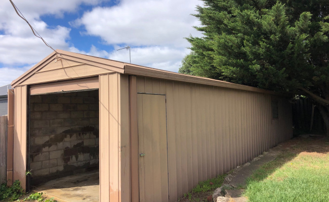 Ample and long garage in Grovedale